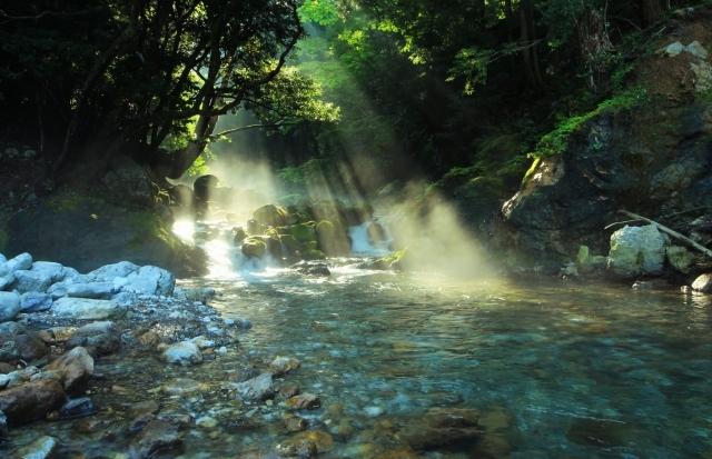 川にさす光